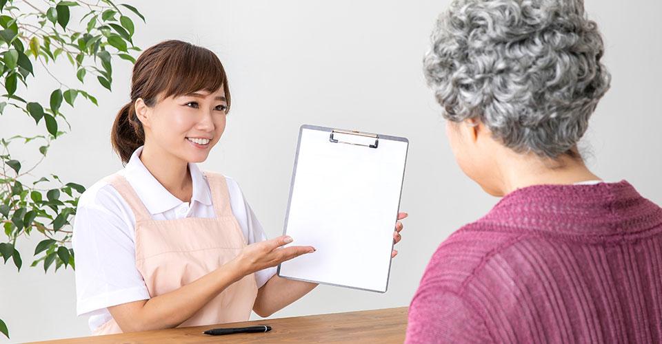 介護士と高齢者の女性